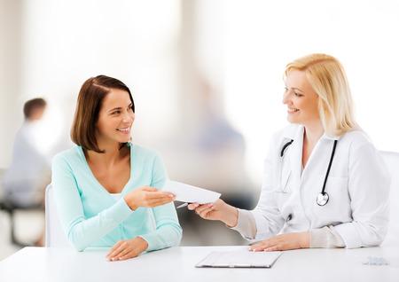 gezondheidszorg en medische concept - arts die voorschrift geeft aan patiënt in ziekenhuis