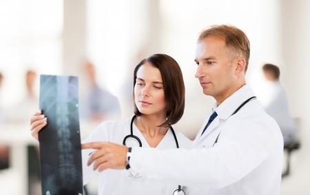 gezondheidszorg, medische en radiologie concept - twee artsen kijken naar x-ray Stockfoto
