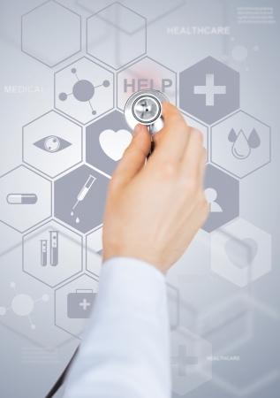 ヘルスケア、医療および将来の技術コンセプト - 聴診器と仮想スクリーンをもつ男性医師