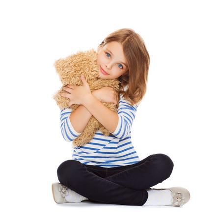 vintage teddy bears: infanzia, giocattoli e dello shopping concept - cute little girl abbracciando orsacchiotto