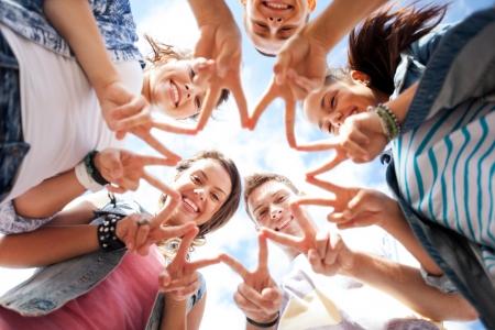 simbolo de la paz: vacaciones de verano y el concepto de adolescente - grupo de adolescentes mostrando cinco dedo gesto