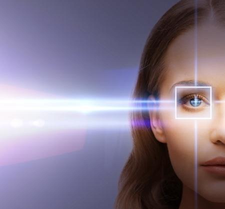 vision futuro: salud, visión, vista - ojo de la mujer con el marco de la corrección con láser