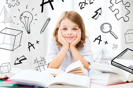 onderwijs en school concept - klein student meisje studeren en lezen van boeken op school