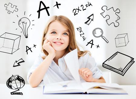 onderwijs en school concept - klein student meisje studeren op school