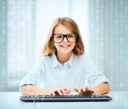 교육, 학교 및 미래의 기술 개념 - 학교에서 키보드와 가상 화면이 작은 학생 소녀