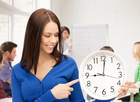disciplina: la educación y el concepto de gestión del tiempo - estudiante atractivo que muestra el reloj