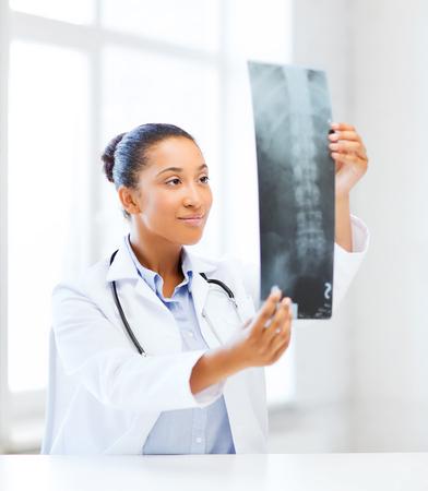 atención sanitaria, médico y el concepto de radiología - médico africano en busca de rayos x