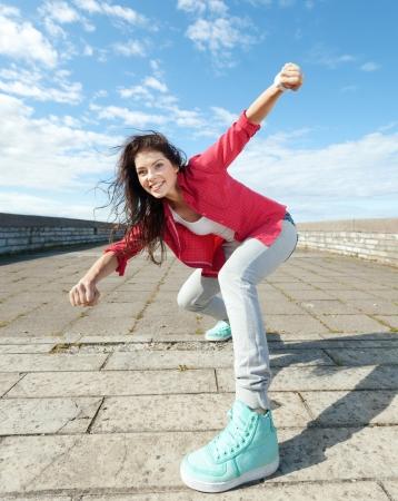 bolantes: deporte, el baile y el concepto de cultura urbana - hermosa chica bailando en movimiento Foto de archivo