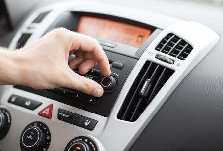 transport en concept voertuig - man met behulp van car audio stereo-installatie Stockfoto