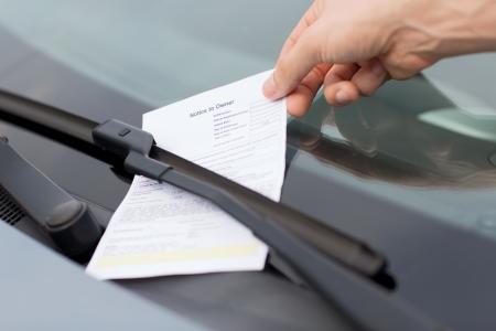 輸送、車両のコンセプト - 車のフロント ガラスに駐車違反の切符 写真素材