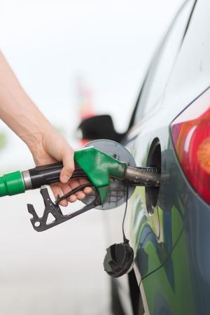 交通機関、所有権概念 - 男はガソリン スタンドで車のガソリン燃料ポンプ