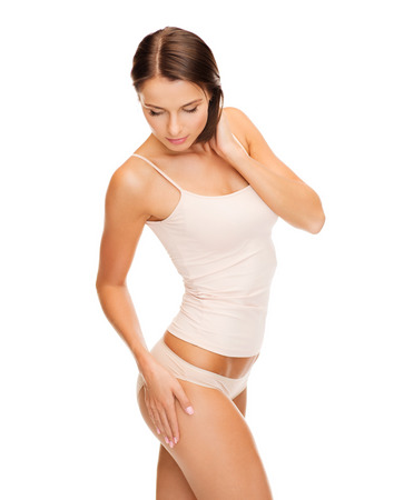 cute: salute e bellezza - donna in biancheria intima di cotone mostrando concetto di dimagrimento