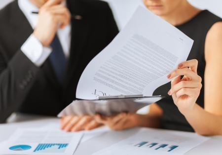 zaken, bureau, recht en juridisch begrip - beeld van man en vrouw hand ondertekening contract papier Stockfoto