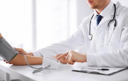 의료, 병원 및 의학 개념 - 의사와 환자의 혈압을 측정