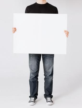concepto de negocios y publicidad - el hombre que muestra la tarjeta en blanco blanco Foto de archivo