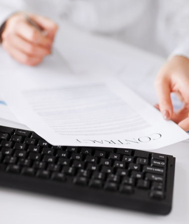 zaken, bureau, recht en juridisch begrip - Foto van vrouw met de hand ondertekening contract papier