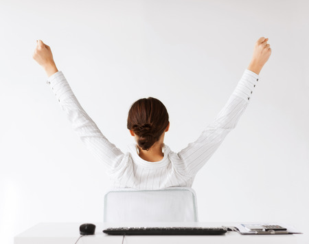 zaken, kantoor, het winnen, prestatie en onderwijs concept - vrouw vanaf de achterkant met opgeheven handen