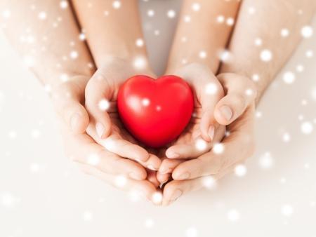 close-up van vrouw en man handen met hart