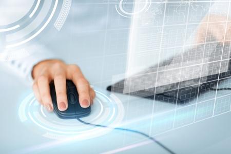 rat�n: negocio, oficina, escuela y el concepto de la educaci�n - manos de la mujer con el teclado y el rat�n Foto de archivo