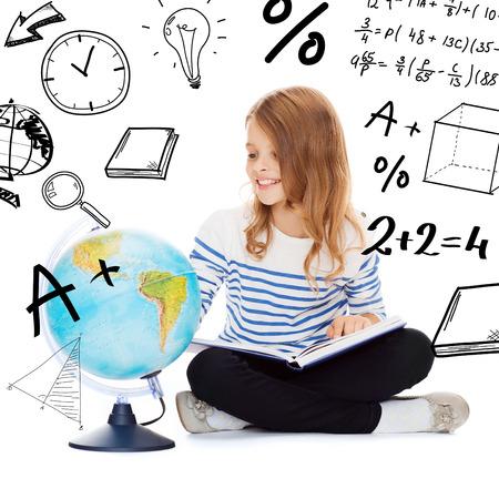 教育と学校のコンセプト - グローブと持株本を見てほとんどの学生は女の子 写真素材