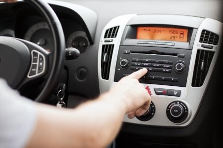 sonido: transporte y vehículo de concepto - equipo de sonido de audio del coche con el hombre Foto de archivo