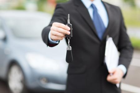 운송 및 소유권 개념 - 외부 자동차 키 남자