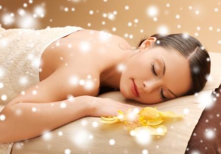 健康と美容のコンセプト - スパ サロン マッサージ机の上の女 写真素材