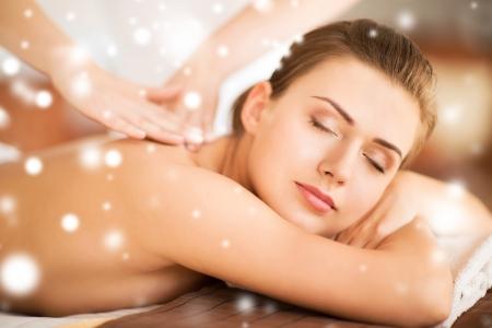 wunderschön: Gesundheits-und Beauty-Konzept - schöne Frau in Spa-Salon, die Massage