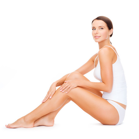 sexy beine: Gesundheits-und Beauty-Konzept - sch�ne Frau im wei�en Baumwoll-Unterw�sche