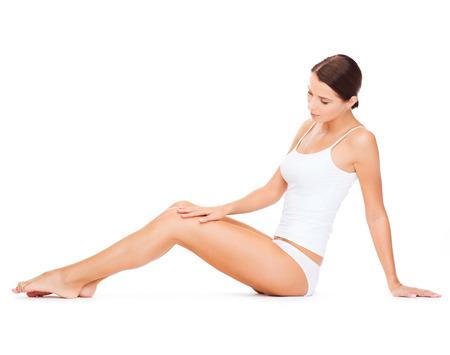 forme: la santé et le concept de beauté - belle femme en sous-vêtements de coton blanc