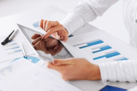zaken, kantoor, school en onderwijs concept - vrouw met tablet-pc en de kaart van papieren Stockfoto
