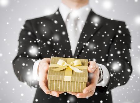 dando la mano: amor, romance, día de fiesta, celebración concepto - hombre dando caja de regalo