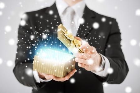 마법의: 사랑, 로맨스, 휴일, 축 하 개념 - 남자 열기 선물 상자 스톡 사진