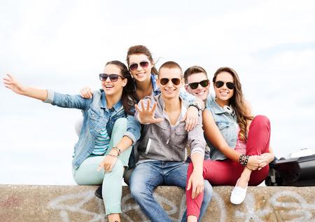 riendo: vacaciones de verano y el concepto de adolescente - grupo de adolescentes colgando fuera