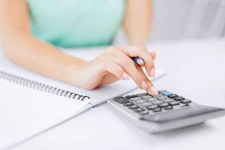 비즈니스 개념 - 사업가 사무실에서 계산기 작업 스톡 콘텐츠
