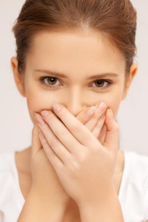 olfato: no hablar mal concepto - la cara de la hermosa adolescente cubriendo su boca