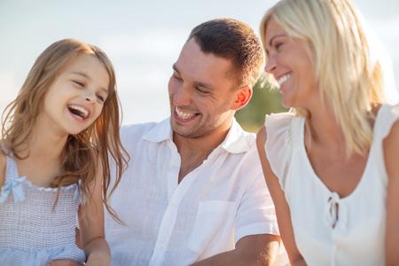 niños platicando: vacaciones de verano, los niños y el concepto de las personas - familia feliz con un picnic