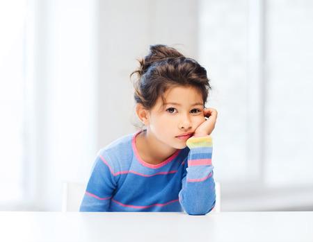 教育と学校のコンセプト - 学校で疲れて少し学生の女の子