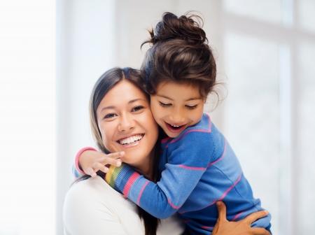 가족, 어린이, 행복 한 사람들이 개념 - 포옹 어머니와 딸 스톡 콘텐츠