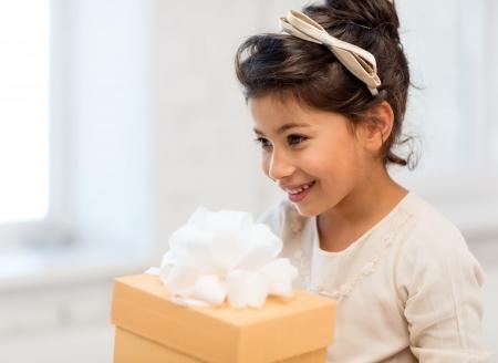 niños latinos: días de fiesta, regalos, navidad, Navidad, concepto cumpleaños - niña niña feliz con caja de regalo