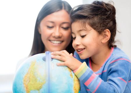 schoolkid search: familia, los hijos, la educaci�n, la escuela y el concepto de la gente feliz - madre e hija con el globo
