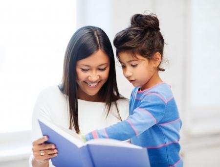 家族、子供、教育、学校、幸せな人々 のコンセプト - 母と娘の本 写真素材