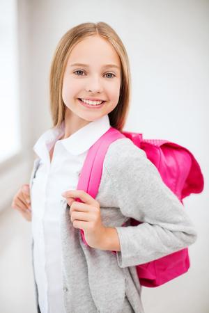 mochila escolar: la educación y la escuela concepto - adolescente feliz y sonriente con una bolsa de la escuela Foto de archivo
