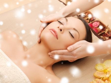 tratamientos corporales: Concepto de salud y belleza - mujer en salón del balneario tendido en la mesa de masaje Foto de archivo