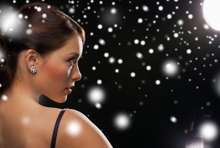 aretes: lujo, vip, vida nocturna, fiesta, navidad, Navidad, concepto de v�spera de a�o nuevo - hermosa mujer en traje de noche con aretes de diamantes