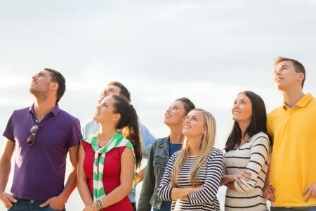 여름, 휴일, 휴가, 행복 사람들이 개념 - 친구의 그룹 해변에서 찾고 스톡 콘텐츠