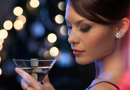 luxe, vip, nachtleven, party concept - mooie vrouw in avondjurk met cocktail Stockfoto