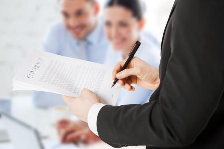 abogado: oficina, negocio, legal, el concepto de trabajo en equipo - Contrato de firma del hombre Foto de archivo