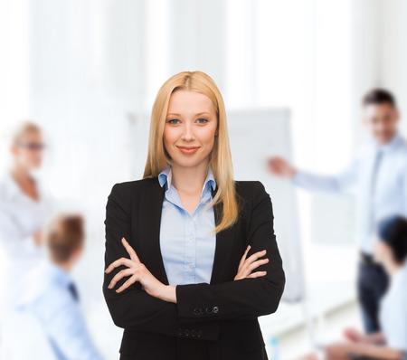 Büro, buisness, Teamwork-Konzept - freundlich lächelnden jungen Unternehmerin Standard-Bild - 22803484