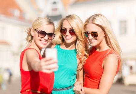 bachelore party: vacaciones y turismo, moderno concepto de tecnología - hermosas chicas teniendo la imagen de la ciudad